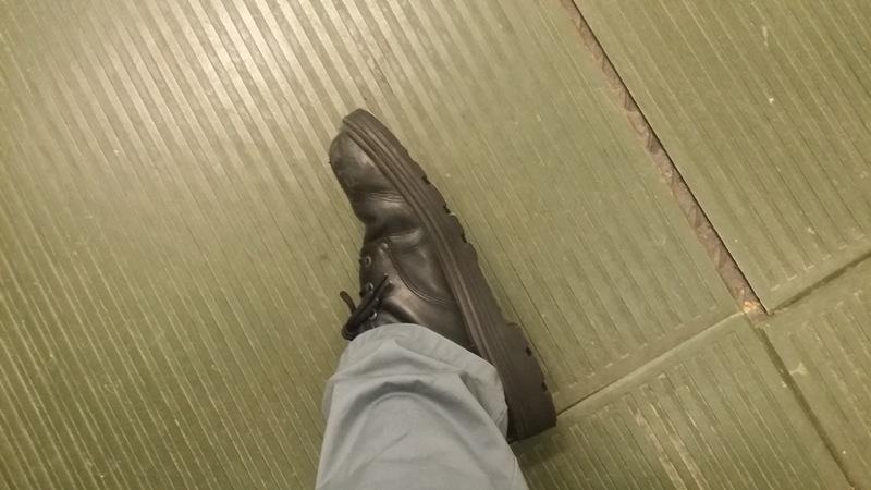 Rysunek 8. Maty izolacyjne i gruba podeszwa obuwia zmniejsza skutki porażenia prądowego.