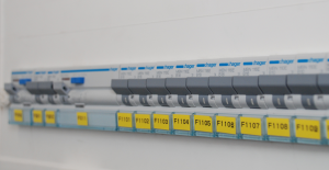 Rysunek 3. Zabezpieczenia elektryczne z otworami na założenie blokady przed załączeniem.