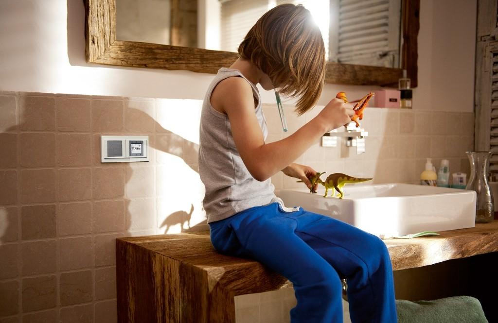 W zwykłych puszkach instalacyjnych możemy zamontować nie tylko gniazda i łączniki, ale też też np. radio. Najczęściej umieszcza się je w kuchni czy łazience, nad blatem.