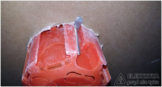 RYS.9 Łapka trzymająca w puszce do płyt g-k