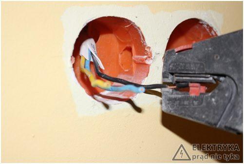 RYS.4 Usuwanie izolacji przewodów za pomocą automatycznego ściągacza izolacji
