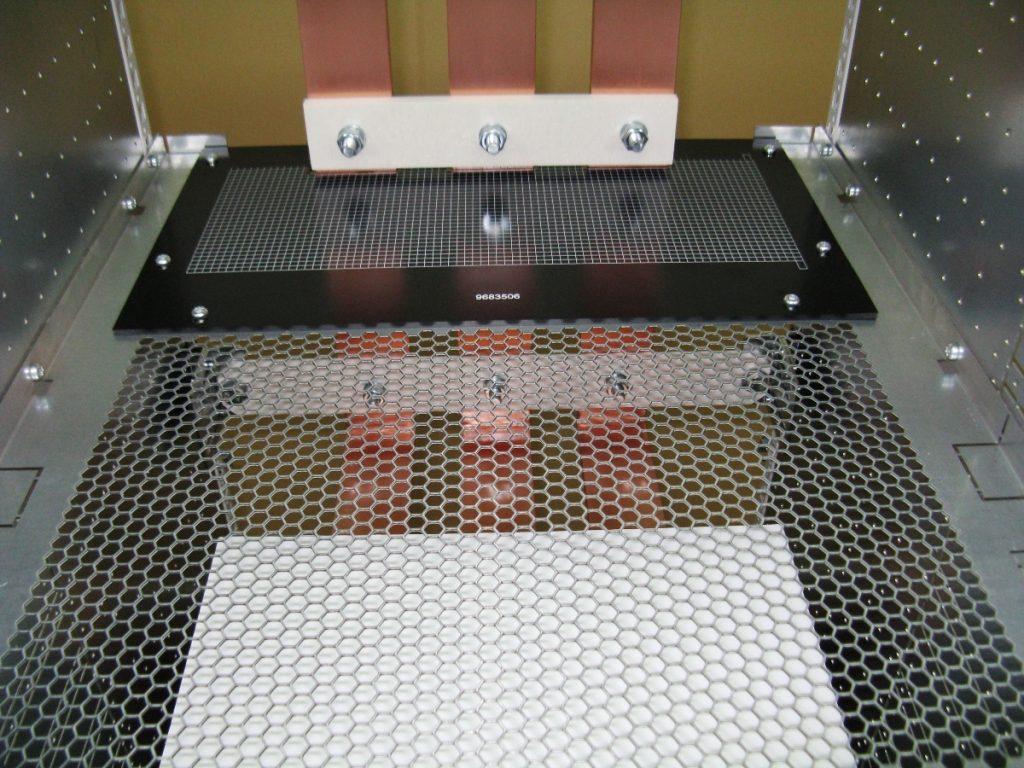 Oddzielacz ma perforację wykonaną w formie plastra miodu, która umożliwia swobodną cyrkulację powietrza wewnątrz szafy.