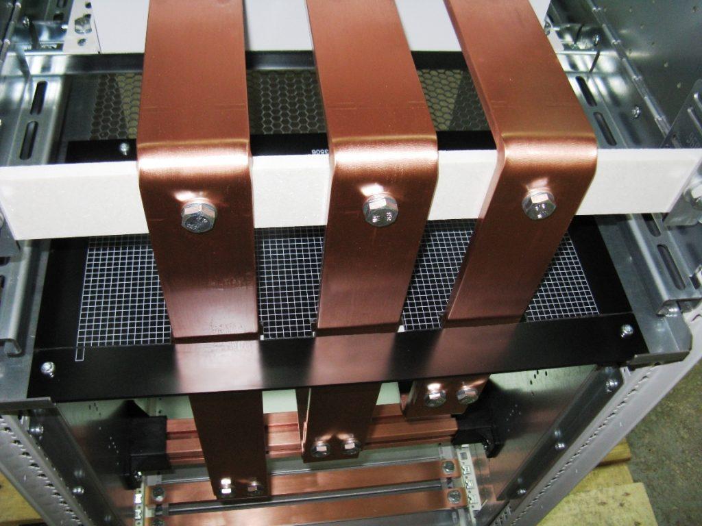 Otwór znajdujący się w tylnej części oddzielacza został zasłonięty płytą kołnierzową, wykonaną z tworzywa sztucznego.