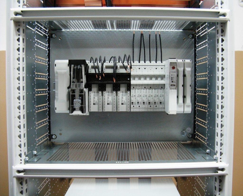 Tablica rozdzielcza w szafie Rittal: adapter przyłączeniowy 3-bieg., rozłącznik bezpiecznikowy, adapter urządzeniowy 1 i 3-bieg. oraz elektroniczny moduł sterujący silnika 3-bieg.