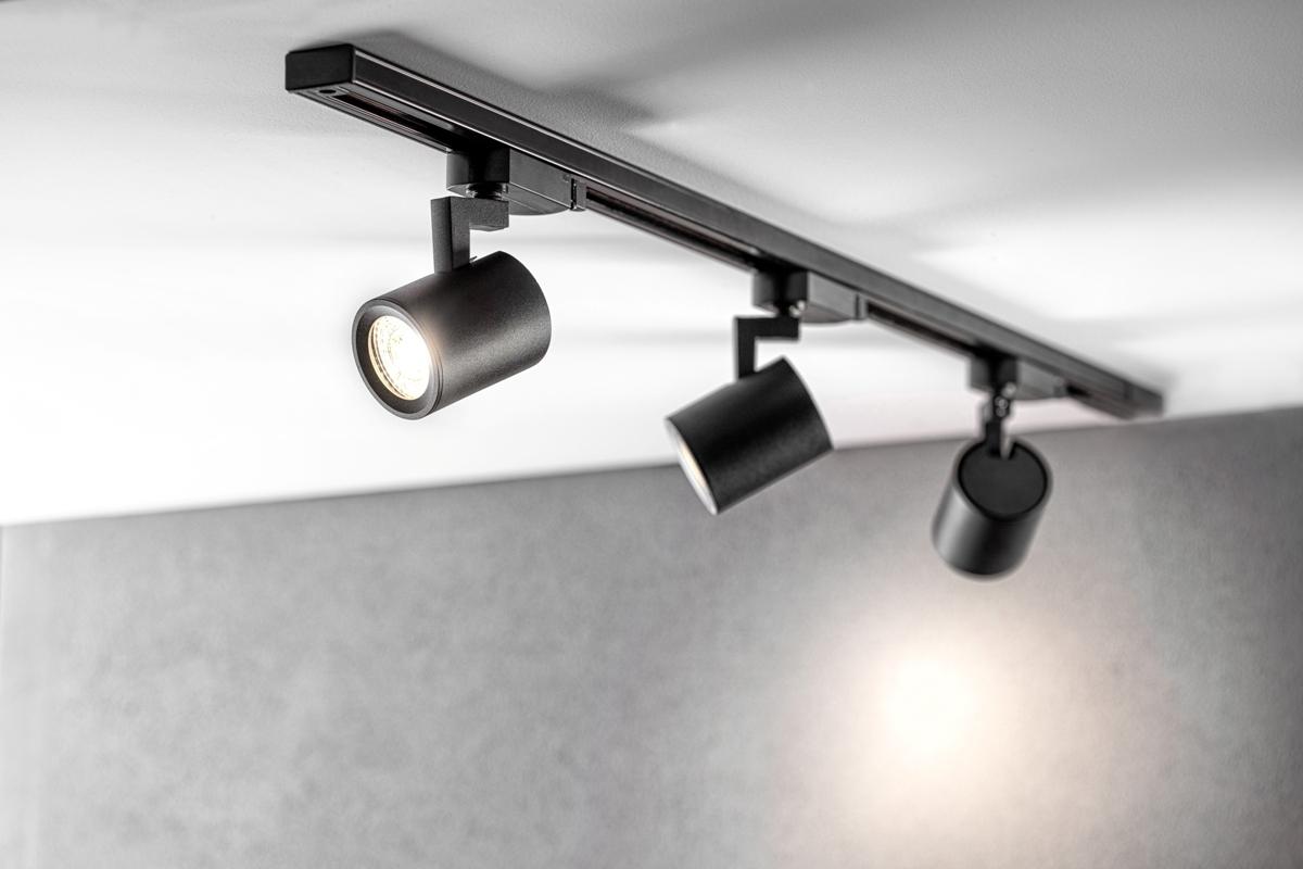 Obraz zawierający wewnątrz, krzesło, stół, pomieszczenieOpis wygenerowany automatycznie